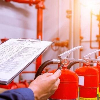 Sprawdzanie gaśnicy - bezpieczeństwo przeciwpożarowe