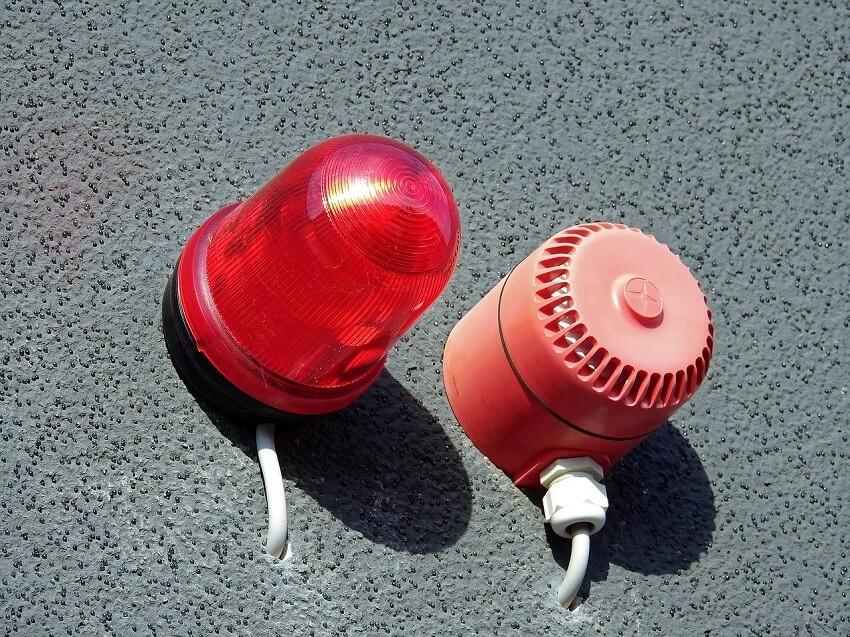 Rodzaje systemów przeciwpożarowych - sygnalizatory na ścianie